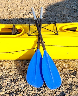 Pagaies bleu jaune double un kayak