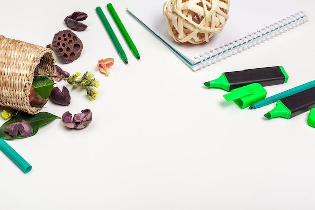 Page blanche du bloc-notes en spirale sur un tableau blanc. crayon crayon et stylo plat poser photo. page de carnet de croquis vide sur la vue de dessus de table.
