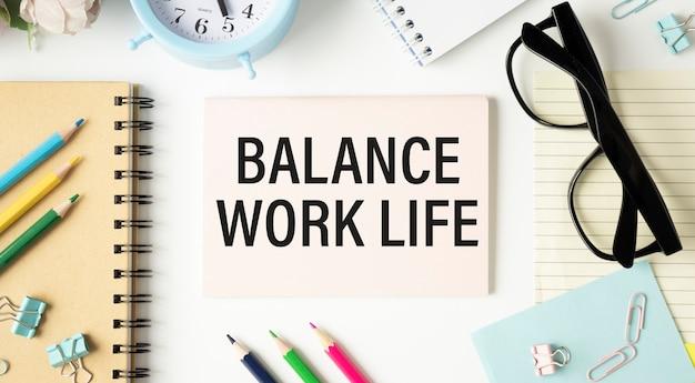 Page de cahier avec texte d'équilibre travail-vie personnelle. vue de dessus, pose à plat.