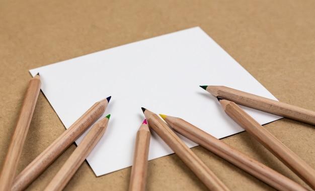 Page de cahier vierge avec des crayons de couleur
