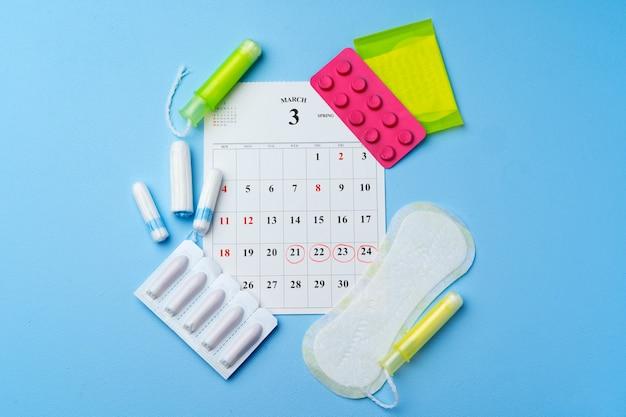 Page de calendrier avec des articles d'hygiène menstruelle féminine
