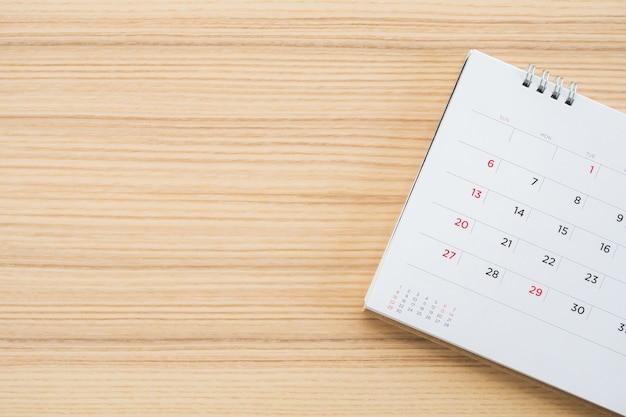 Page de calendrier sur fond de table en bois