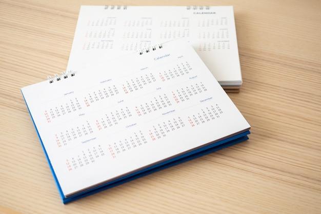 Page de calendrier gros plan sur fond de table en bois