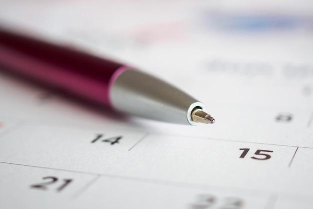 Page de calendrier avec pointe de stylo à la 15e date