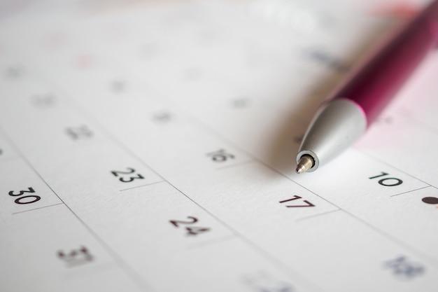 Page de calendrier avec pointe de stylo à la 17e date