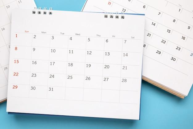 Page de calendrier se bouchent sur bleu