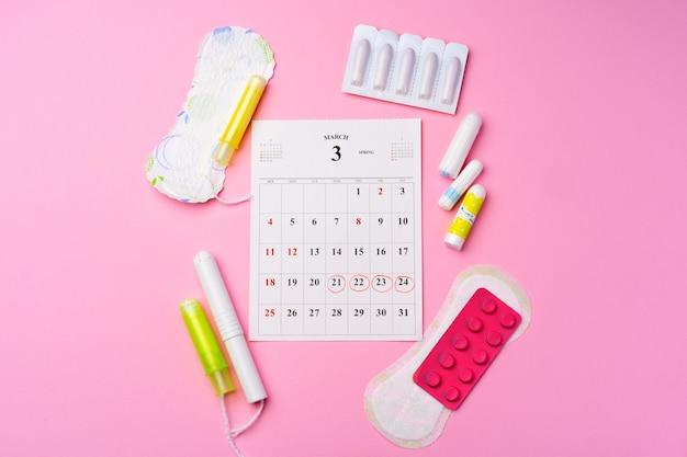 Page de calendrier avec vue de dessus des articles hygiéniques menstruels féminins