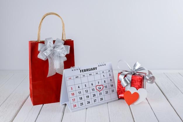 Page du calendrier avec une main rouge surlignée en coeur le 14 février de la saint-valentin