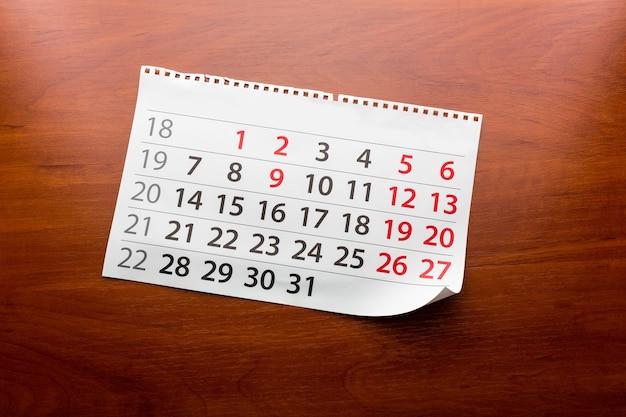 La page du calendrier se trouve sur la table