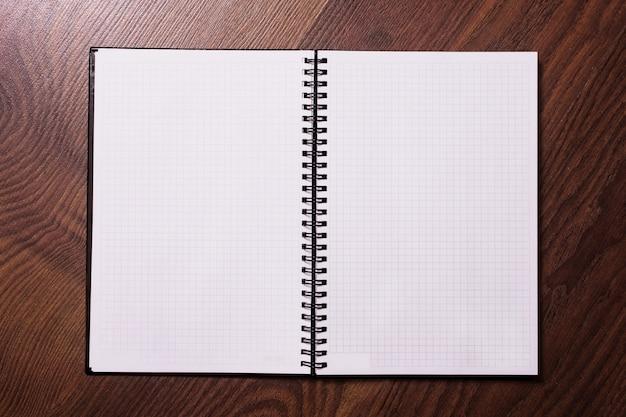Page du carnet de notes, feuille de papier blanc, cahier vierge, un endroit pour écrire, feuille de papier isolée, place pour le texte