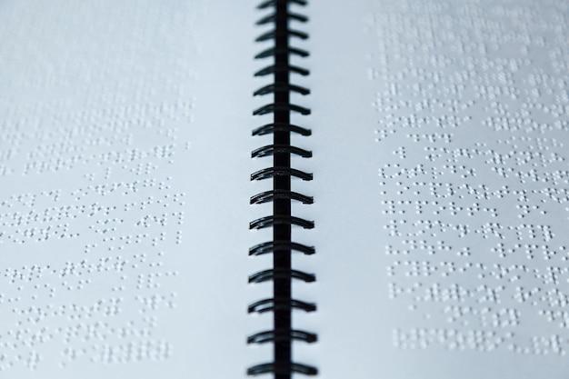 Page écrite en alphabet braille pour les aveugles