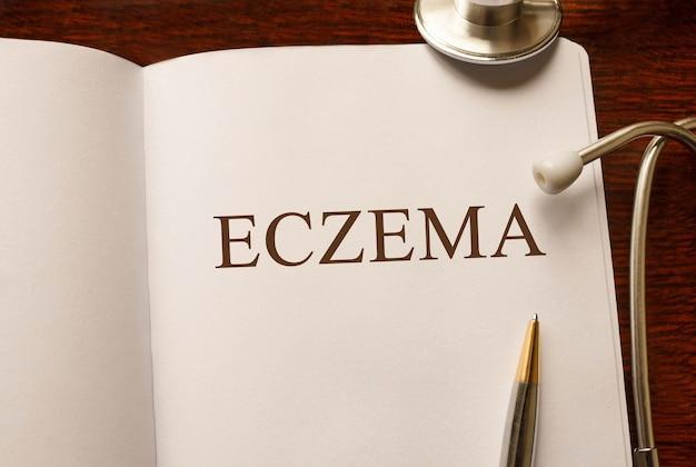 Page avec eczéma sur la table avec stéthoscope, concept médical