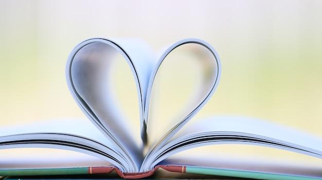 Page de livre en forme de coeur