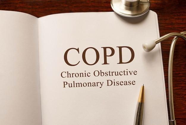 Page avec mpoc maladie pulmonaire obstructive chronique, sur la table avec stéthoscope, concept médical