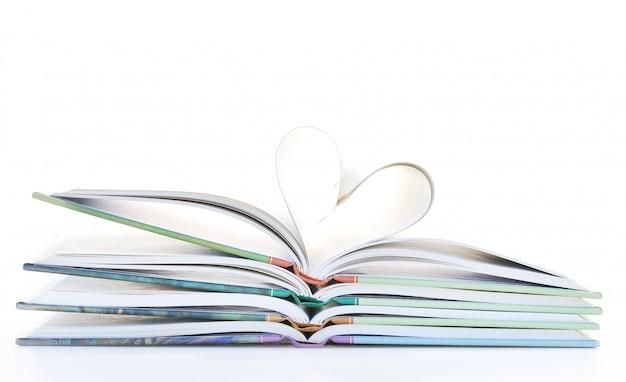 Page de pile de livre en forme de coeur