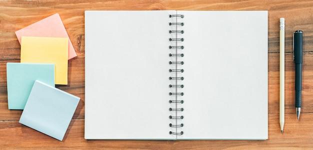 Page vide d'un cahier avec un stylo et un crayon