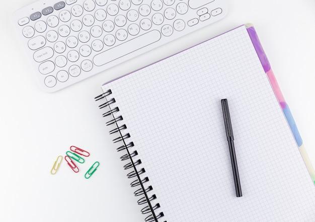 Page vierge sur le clavier du bloc-notes et le stylo felttip