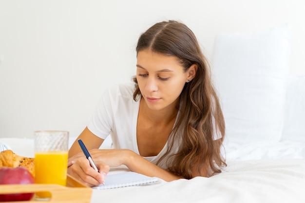 Pages du matin, flux d'habitudes de journalisation de conscience, première chose chaque matin sur une base quotidienne
