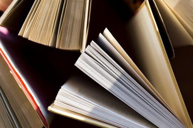 Pages gros plan de vieux livres