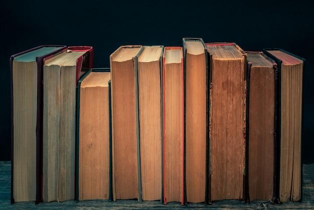Pages jaunes vieux livres en papier. contexte des textes pédagogiques.