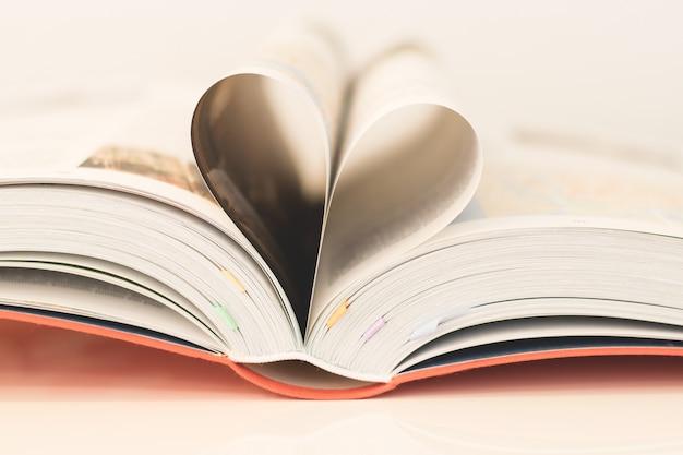 Pages de livre formant un coeur