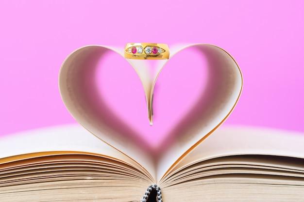 Pages de livre en forme de coeur incurvé et anneau de désherbage