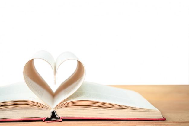 Pages de livre en forme de coeur incurvé
