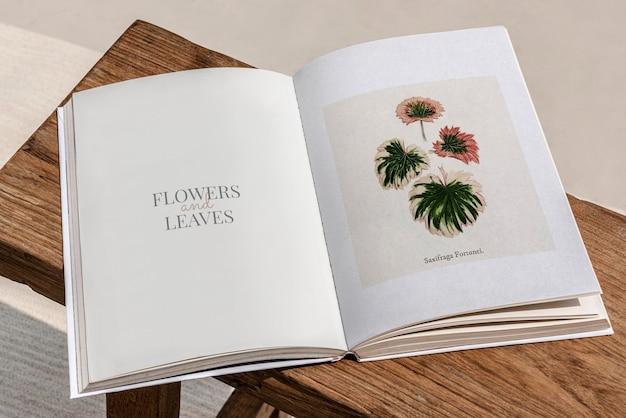 Pages de magazine florales ouvertes sur une table