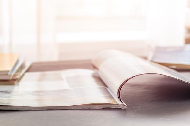 Les pages ouvertes du magazine se trouvant sur le bureau.