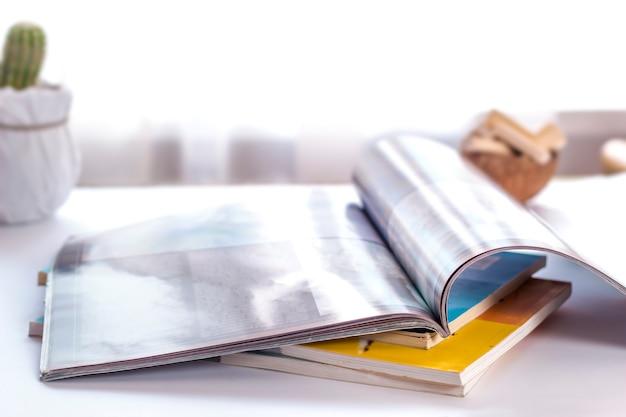 Les pages ouvertes du magazine sont sur la table.
