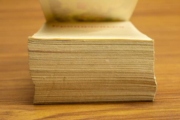 Pages de vieux, vintage, pile de calendrier, vue de face gros plan