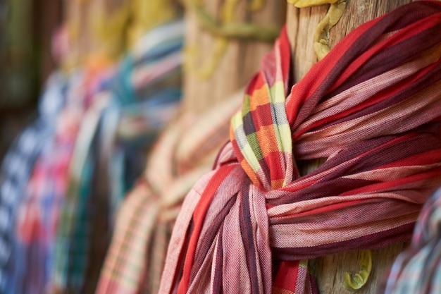 Pagne attachée à un style vintage de poteau en bois.