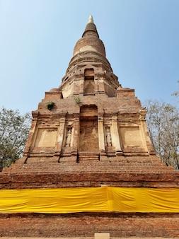 Pagode au temple phra kaeo c'est un beau temple antique à chainat en thaïlande