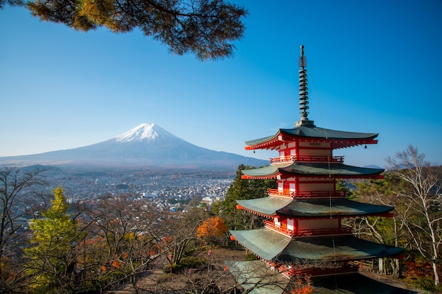 La pagode chureito et le mont fuji le matin, le japon en automne