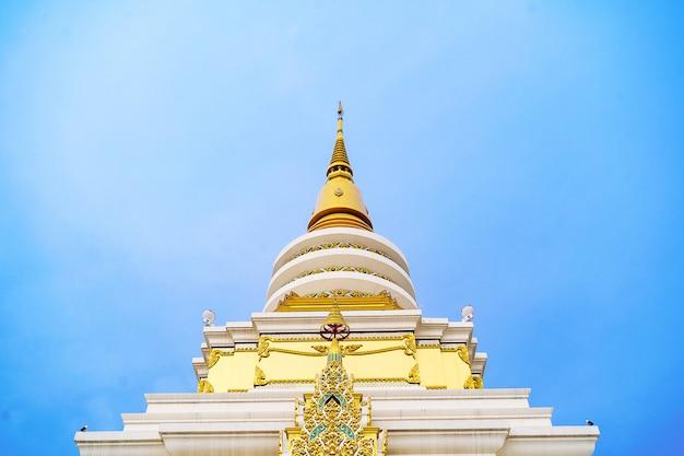 Pagode dans le temple de bouddha sur le beau ciel nuageux, asie, thaïlande