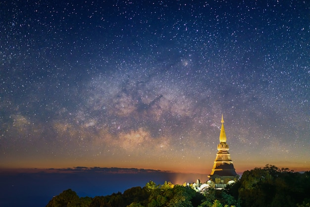 Pagode dans le temple de doi inthanon au coucher du soleil crépuscule avec fond de la voie lactée, chiang mai