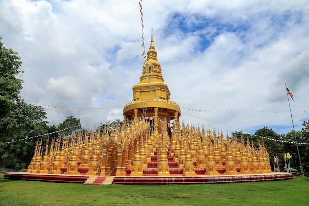 Pagode du bouddhisme doré 500 yod au temple de wat pa sawang boon, thaïlande saraburi