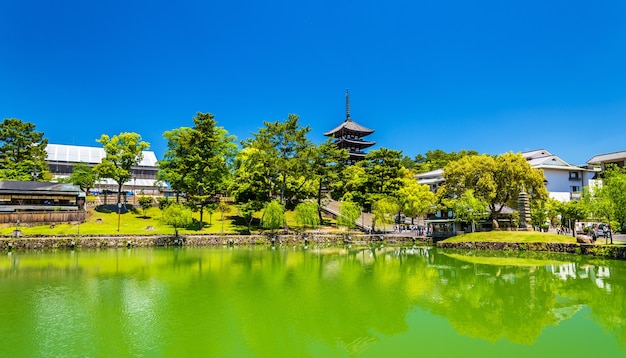 Pagode goju-no-to à cinq étages au-dessus de l'étang de sarusawa-ike à nara - japon