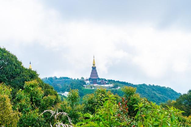 Pagode historique dans le parc national de doi inthanon avec ciel nuageux à chiang mai, thaïlande.