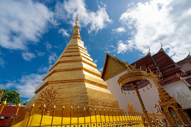 Pagode d'or au temple wat phra that cho hae à phrae thaïlande temple antique sacré religieux