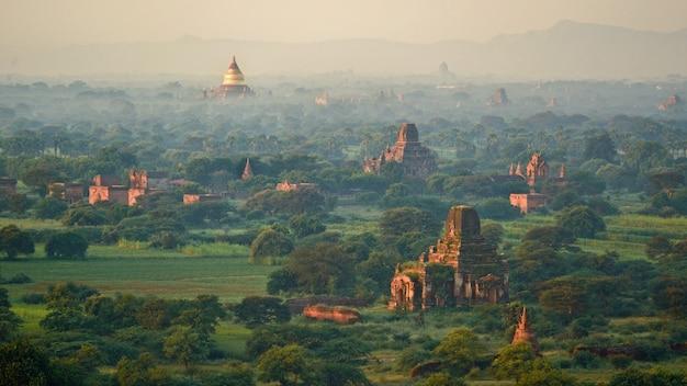 La pagode d'or et jay dee se distinguent à bagan, myanmar