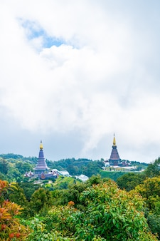 Pagode de repère dans le parc national de doi inthanon avec ciel nuageux à chiang mai, thaïlande.