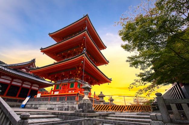 Pagode rouge dans le temple de kiyomizu-dera, kyoto, japon