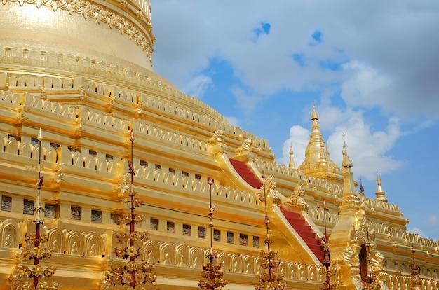 La pagode shwezigon est un temple bouddhiste situé à bagan, au myanmar.