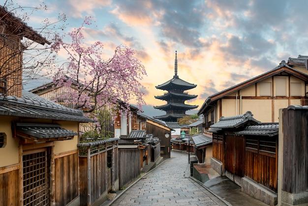 La pagode yasaka et la rue sannen zaka avec des cerisiers en fleurs le matin, kyoto, japon