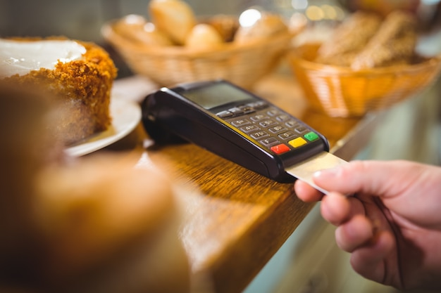 Paiement de fabrication à la clientèle à travers le terminal de paiement au comptoir