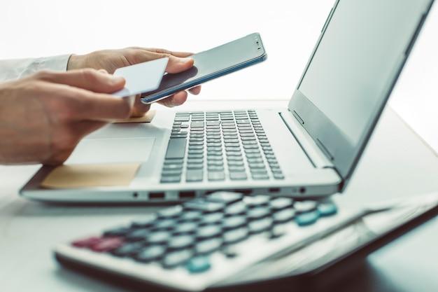 Paiement en ligne par carte bancaire via le téléphone.