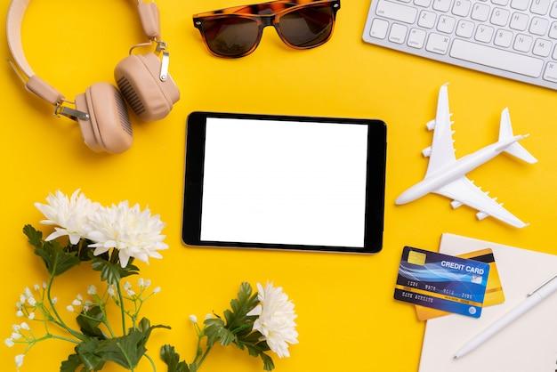 Paiement en ligne pour concept de voyage avec vue de dessus du panier d'achat