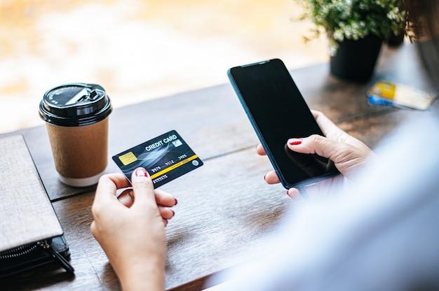 Paiement des marchandises par carte de crédit via smartphone.