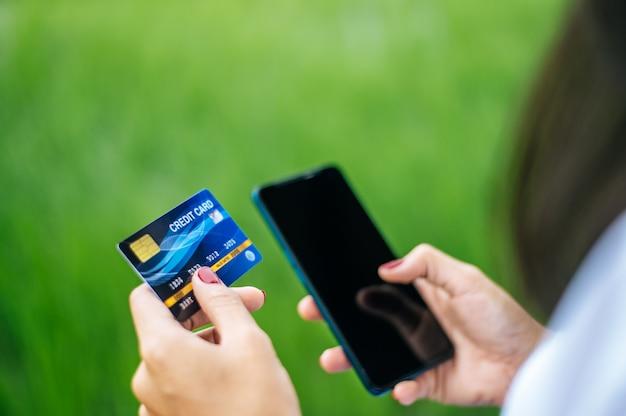 Paiement des marchandises par carte de crédit via smartphone